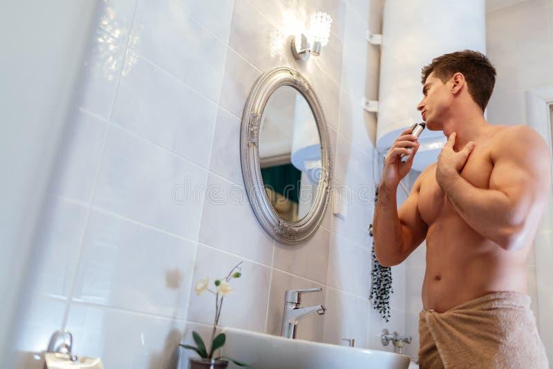 Het knappe mens scheren in badkamers royalty-vrije stock foto's