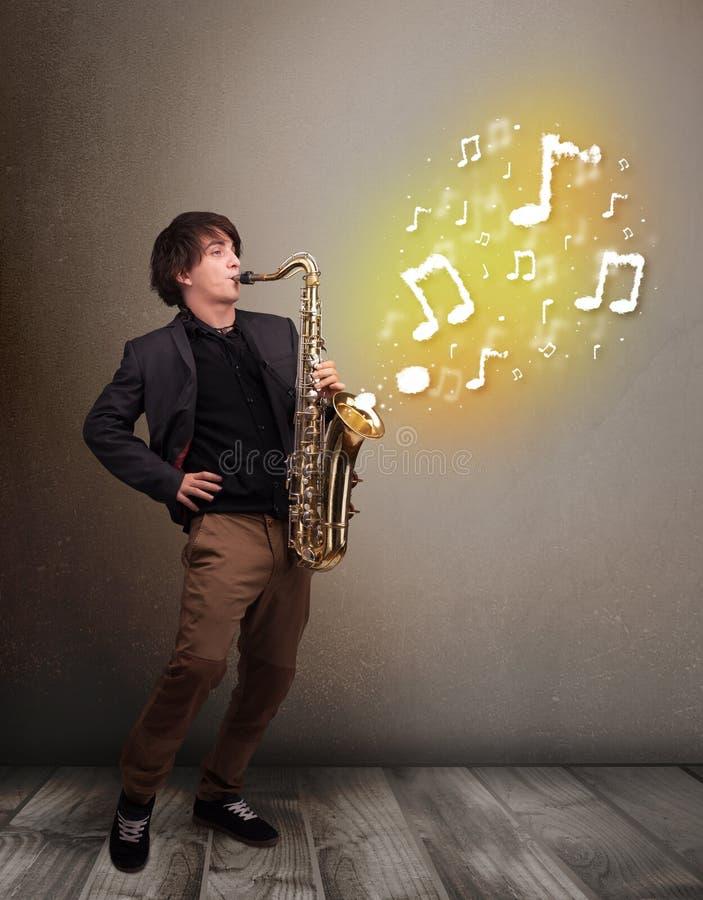 Het knappe musicus spelen op saxofoon met muzieknoten royalty-vrije stock afbeelding