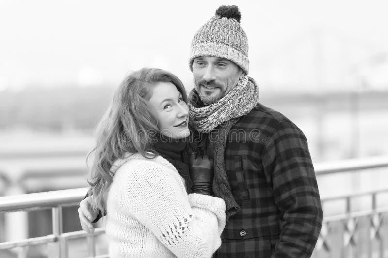 Het knappe paar houdt van lopend in de winterstad Vrouwenknuffels aan vriend in flaneljasje royalty-vrije stock afbeeldingen