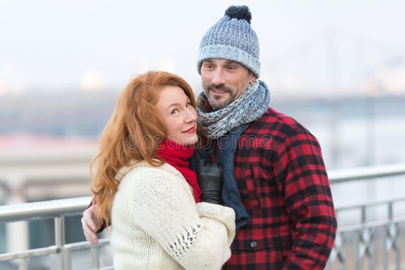 Het knappe paar houdt van lopend in stad De oude kerel en de vrouwen houden van de winter Ruwe vrouwenknuffels aan kerel in rood  stock afbeelding