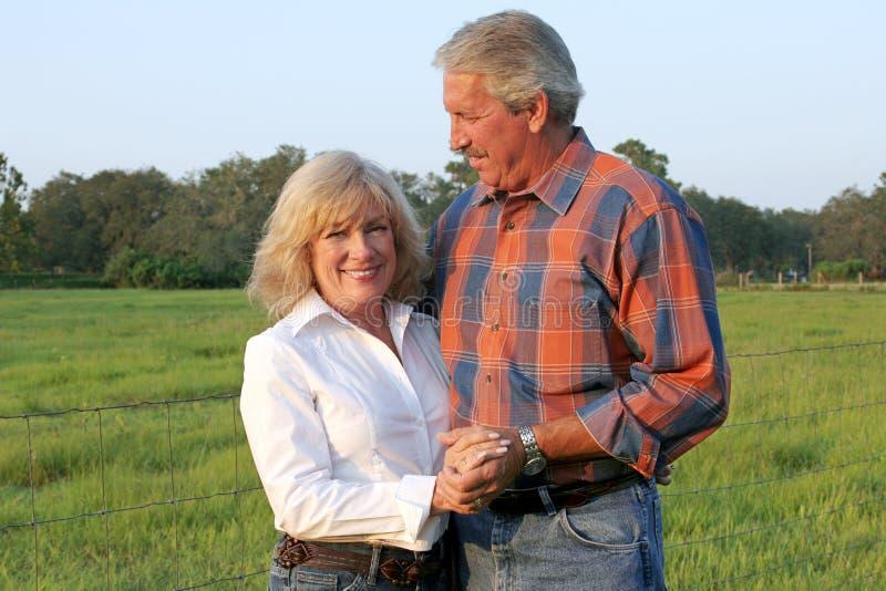 Het knappe Paar van het Landbouwbedrijf stock fotografie