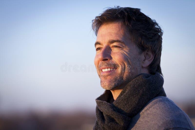 Het knappe Rijpe Gelukkige Mens Glimlachen buiten stock foto's