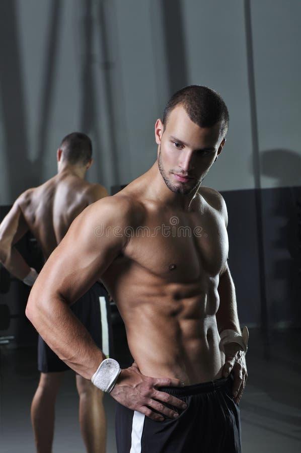 Het knappe Spier Mannelijke Modelwith perfect body-Stellen royalty-vrije stock fotografie