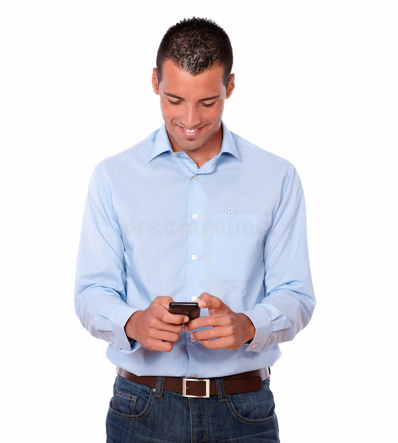 Het knappe volwassen mannelijke texting met zijn cellphone royalty-vrije stock foto