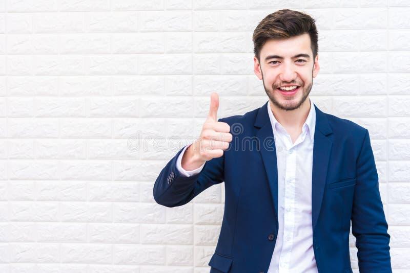 Het knappe Zakenman doen beduimelt omhoog gebaar Bedrijfs en succesconcept Mensen en Portretthema stock foto