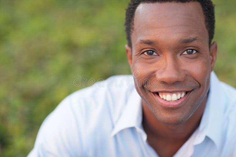 Het knappe zwarte mens glimlachen stock fotografie