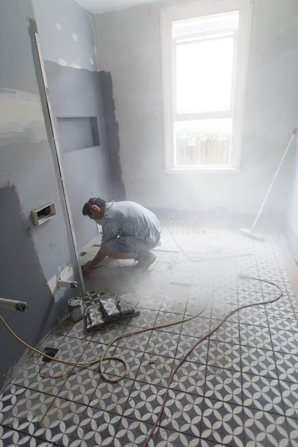 Het knipsel van de huisvernieuwer in de badkamersmuur royalty-vrije stock afbeelding