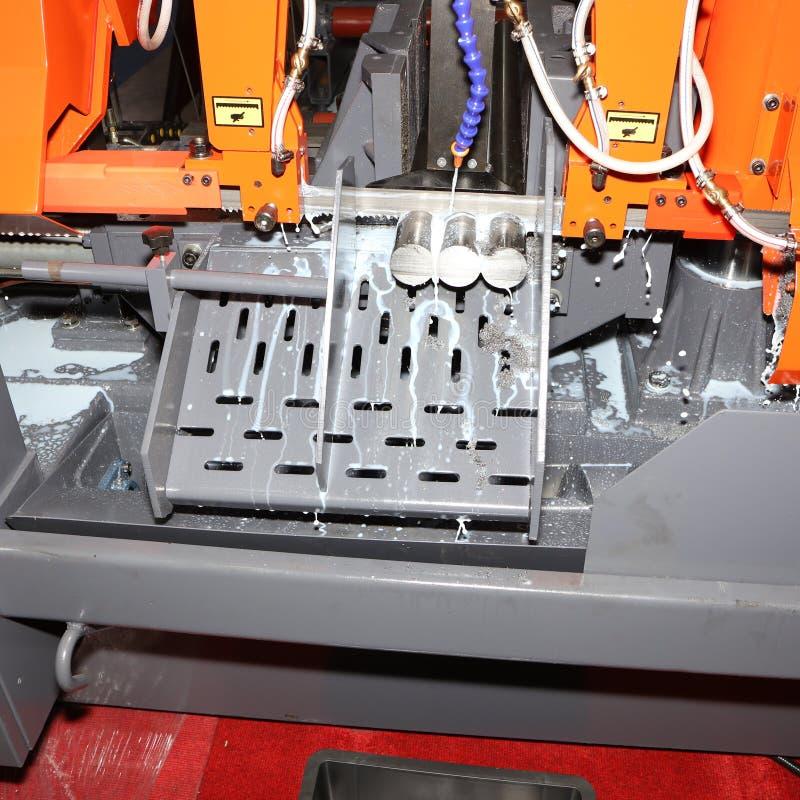 Het knipsel van de staalbar door lintzaagmachine stock foto's