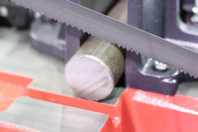 Het knipsel van de staalbar door lintzaagmachine royalty-vrije stock afbeelding