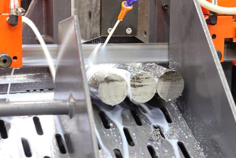 Het knipsel van de staalbar door lintzaagmachine royalty-vrije stock foto