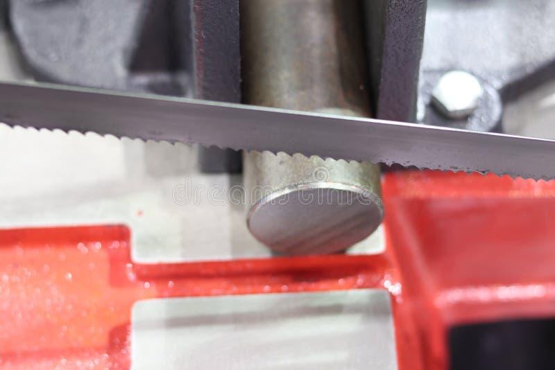 Het knipsel van de staalbar door lintzaagmachine stock afbeeldingen