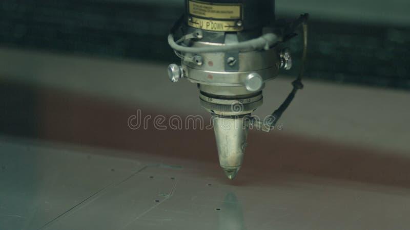 Het knipsel van metaal bij de installatie stock videobeelden