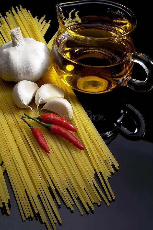Het knoflook extra maagdelijke olijfolie van deegwaren en rode Spaanse peper royalty-vrije stock foto's