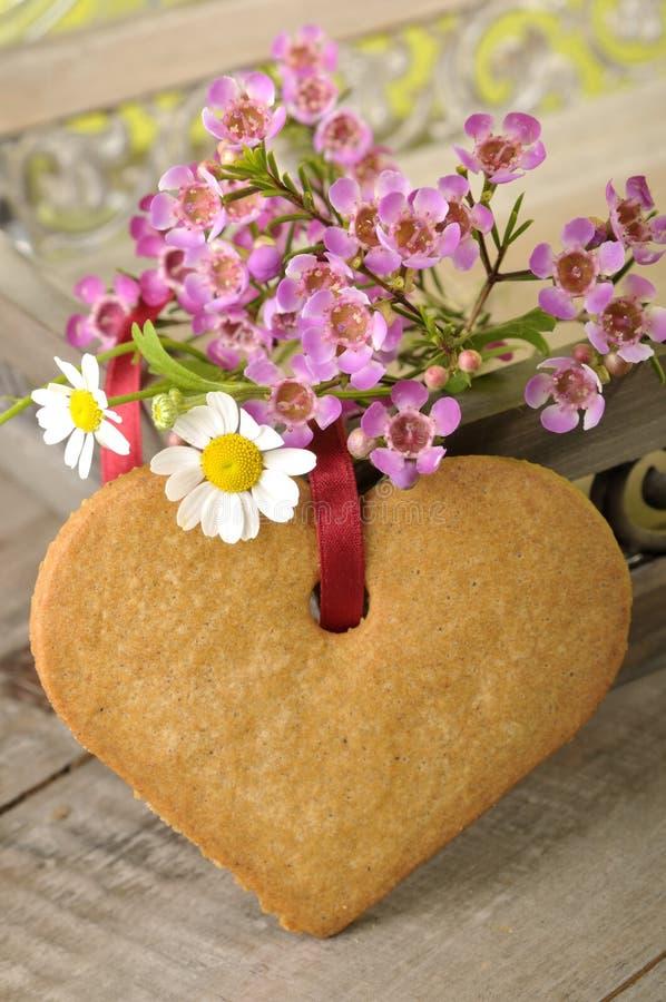 Het koekje en de bloemen van het hart stock foto's