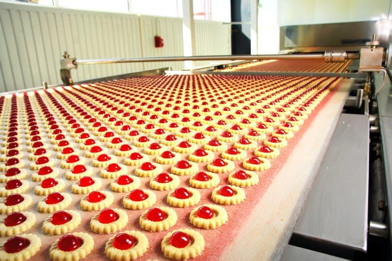 Het koekje van de productie in fabriek stock foto