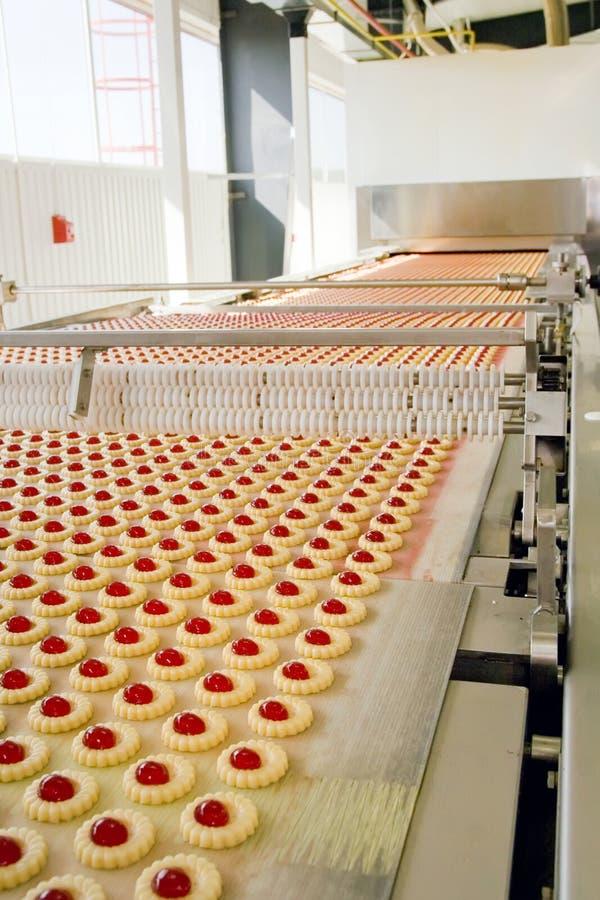 Het koekje van de productie in fabriek stock afbeeldingen