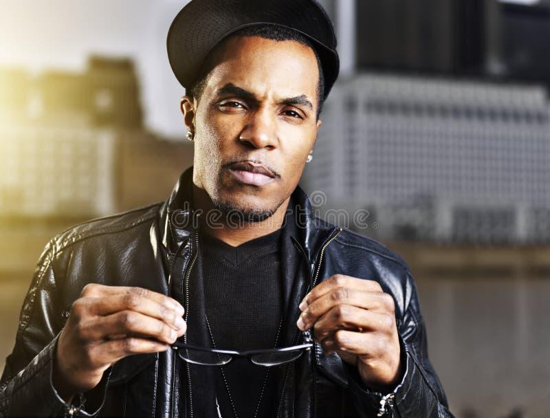 Het koele stedelijke Afrikaanse Amerikaanse mens stellen royalty-vrije stock foto's