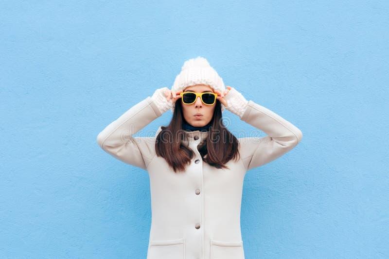 Het koele Toevallige Meisje die van de Manierwinter Zonnebril dragen stock foto