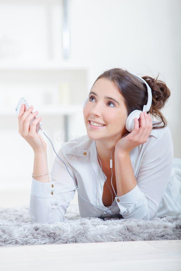 Het koelen van uit thuis het luisteren aan muziek royalty-vrije stock afbeeldingen