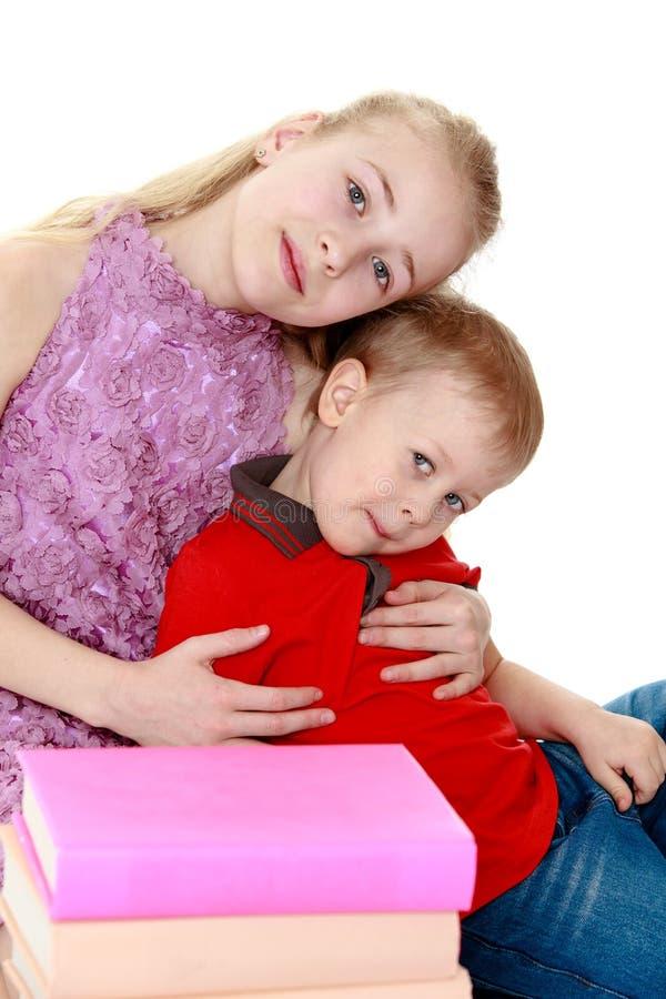 Het koesteren van de broer en van de zuster stock foto's