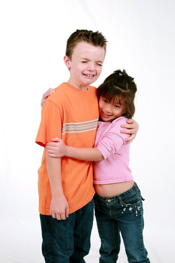 Het koesteren van de jongen en van het meisje stock foto