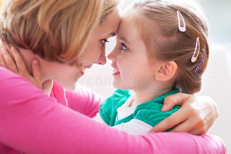 Het koesteren van de moeder en van de dochter royalty-vrije stock foto