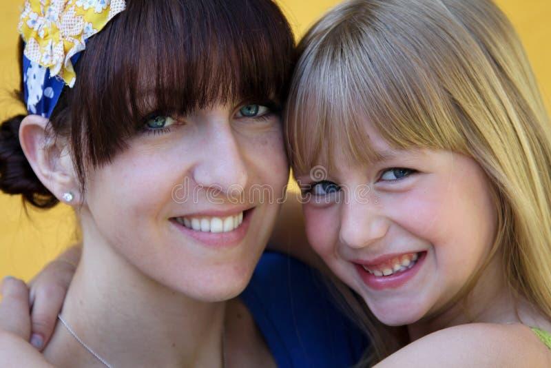 Het koesteren van moeder en dochter royalty-vrije stock foto