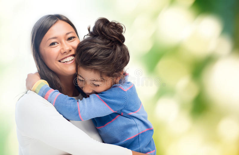 Het koesteren van moeder en dochter royalty-vrije stock afbeeldingen
