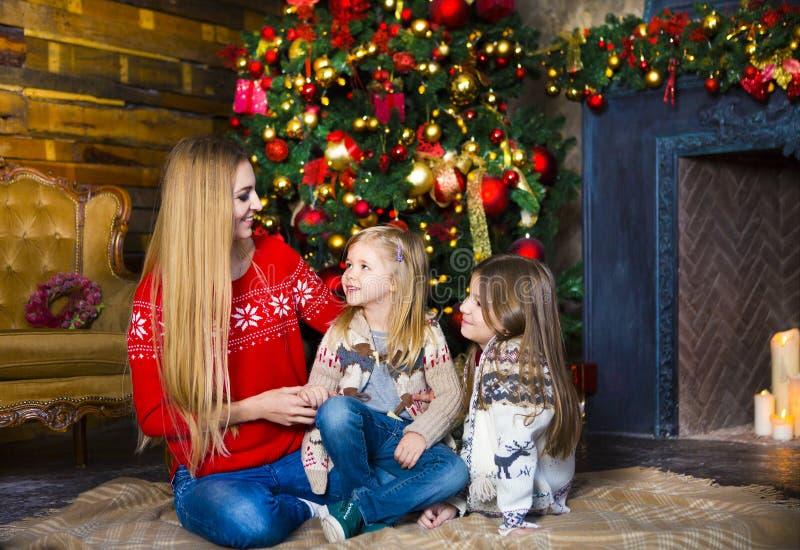 Het koesteren van moeder en dochters stock foto