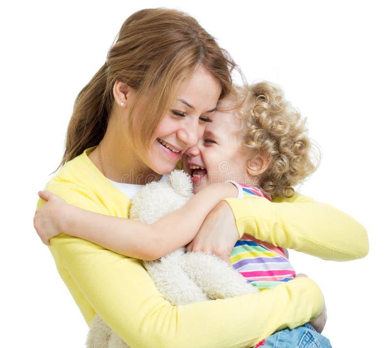 Het koesteren van moeder en jong geitjedochter stock afbeeldingen