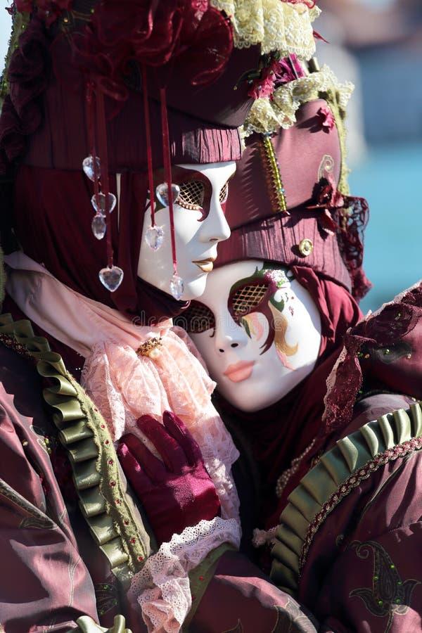 Het koesteren van paar van maskers in Carnaval van Venetië royalty-vrije stock afbeeldingen