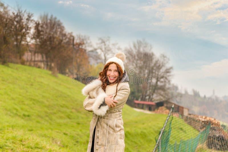 Het koesteren van vrouw in de winterkleding royalty-vrije stock foto's