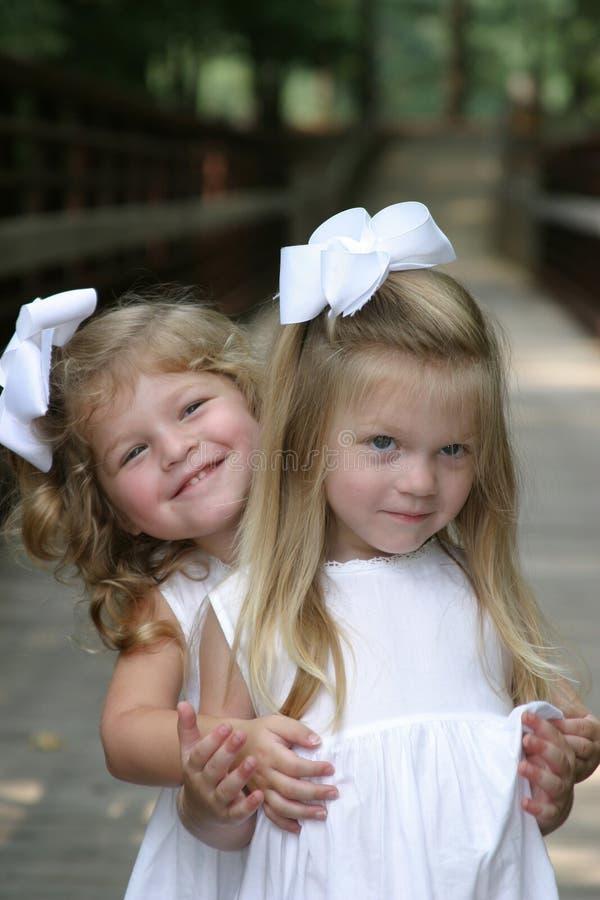 Het koesteren van zusters stock foto's