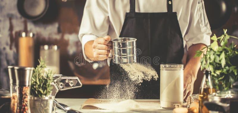 Het koken, beroep en mensenconcept - mannelijke chef-kokkok die voedsel maken bij restaurantkeuken royalty-vrije stock afbeelding