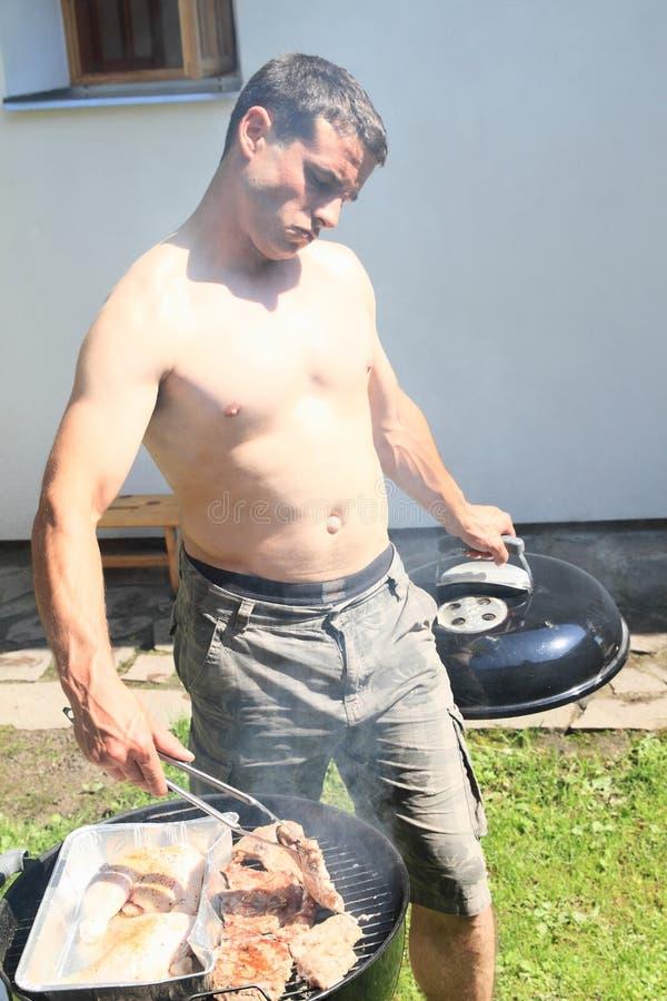Het koken bij de grill royalty-vrije stock fotografie