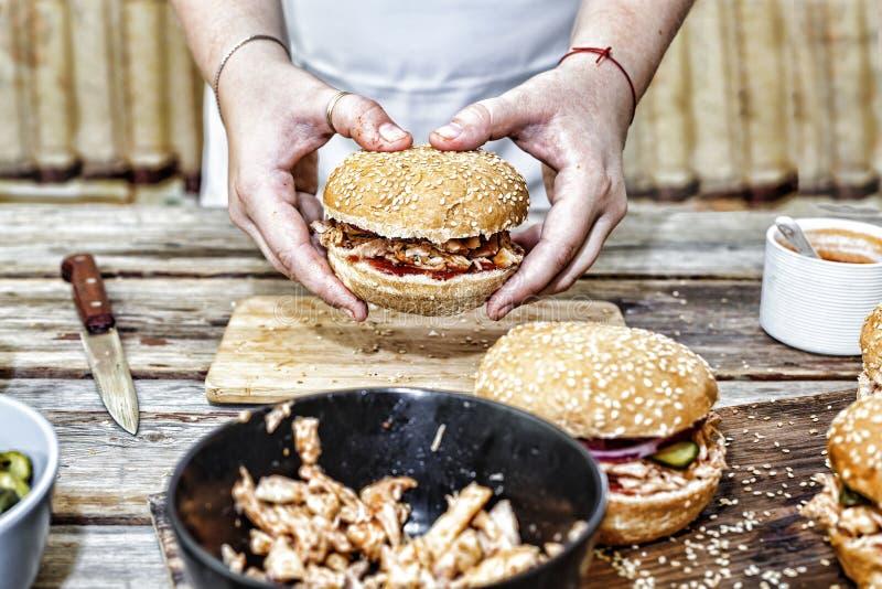 Het koken burgers het proces om huis-hamburger te maken royalty-vrije stock foto's
