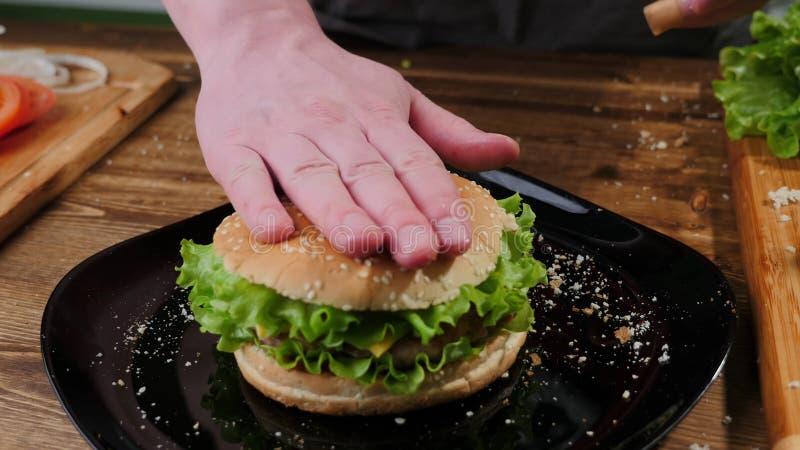 Het koken burgers het proces om huis-hamburger te maken stock afbeeldingen