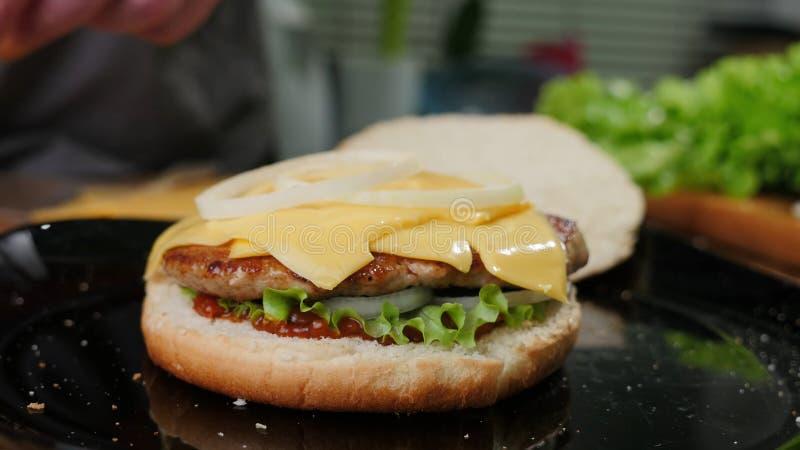 Het koken burgers het proces om huis-hamburger te maken stock fotografie