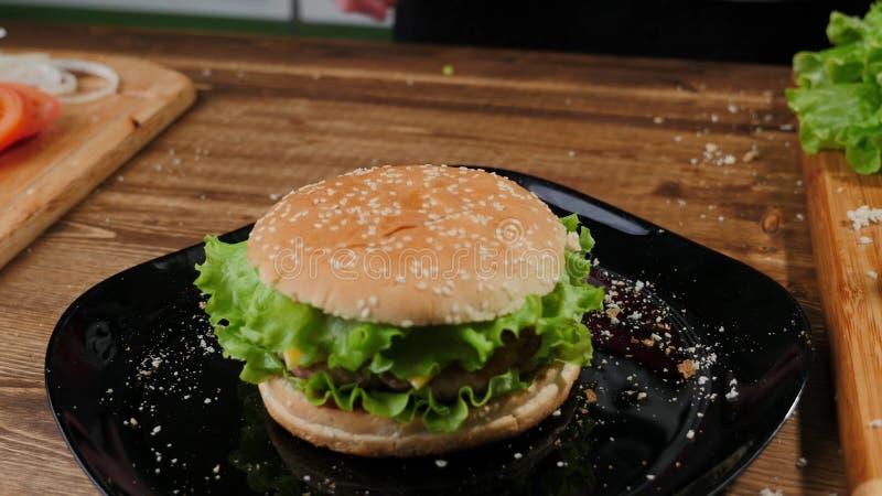 Het koken burgers het proces om huis-hamburger te maken royalty-vrije stock afbeelding