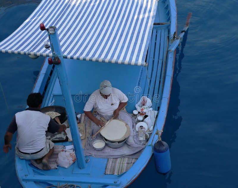 Het koken in de boot stock afbeeldingen