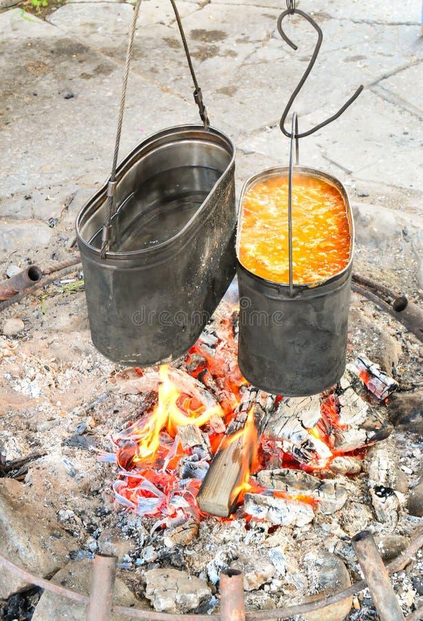 Het koken in de campagne royalty-vrije stock afbeeldingen