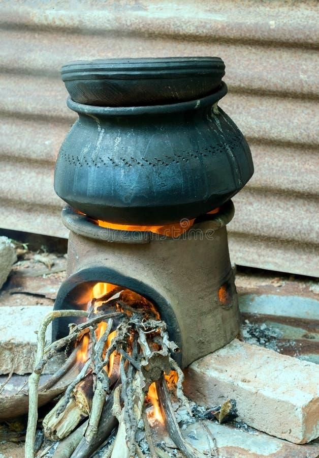 Het koken in de traditionele haard royalty-vrije stock afbeelding