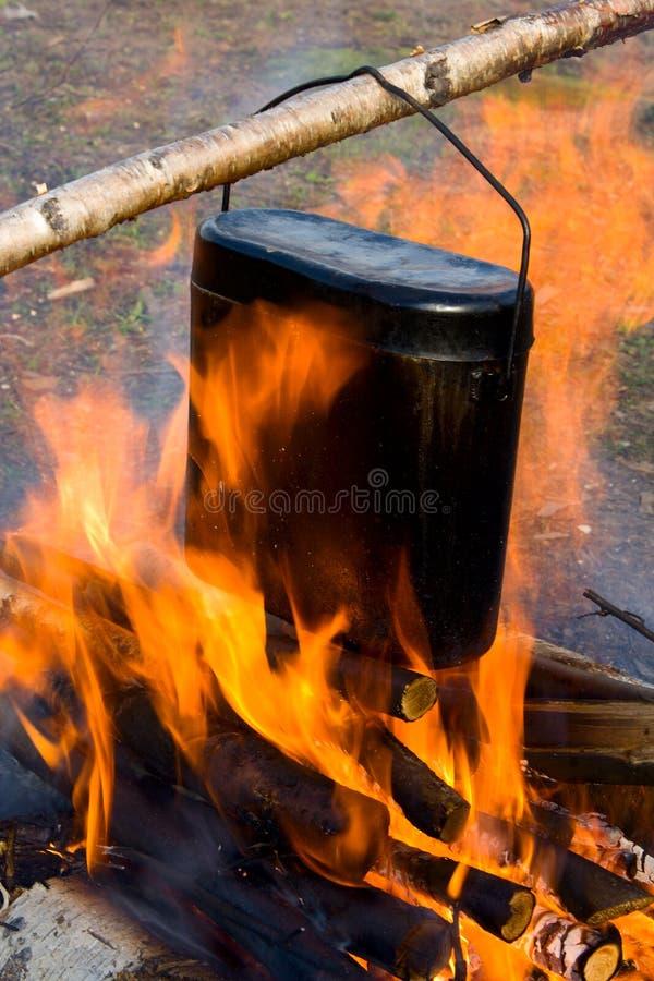 Het koken in een ketel op een brand. stock foto's