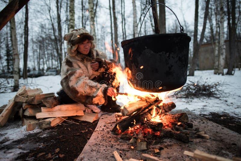 Het koken in een pot op de brand stock fotografie