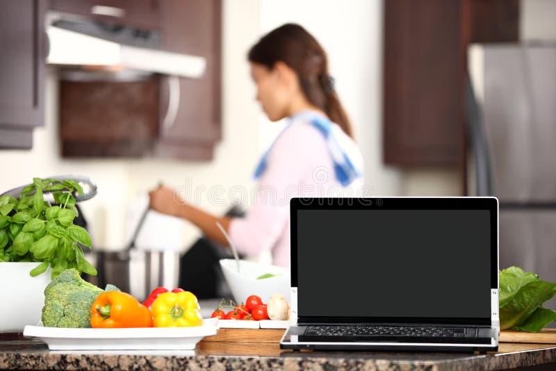 Het koken en computerlaptop concept royalty-vrije stock afbeelding