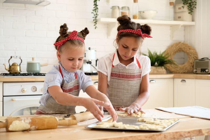 Het koken met jonge geitjes royalty-vrije stock fotografie