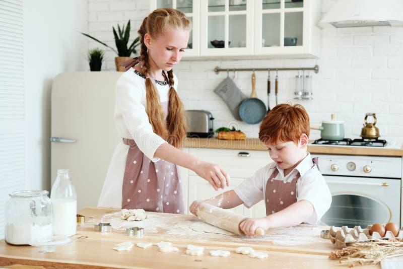 Het koken met jonge geitjes stock afbeeldingen
