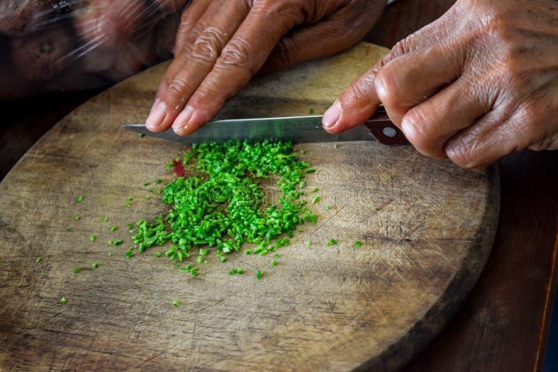 Het koken met kruiden voor goede gezondheid royalty-vrije stock afbeeldingen