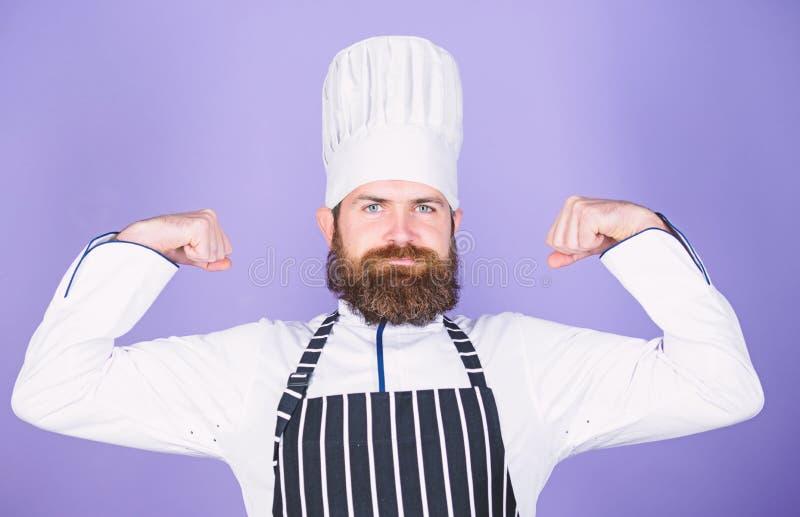 Het koken is mijn macht Zekere gebaarde sterke chef-kok witte eenvormig Probeer speciaal iets Mijn geheim tipt culinair royalty-vrije stock foto