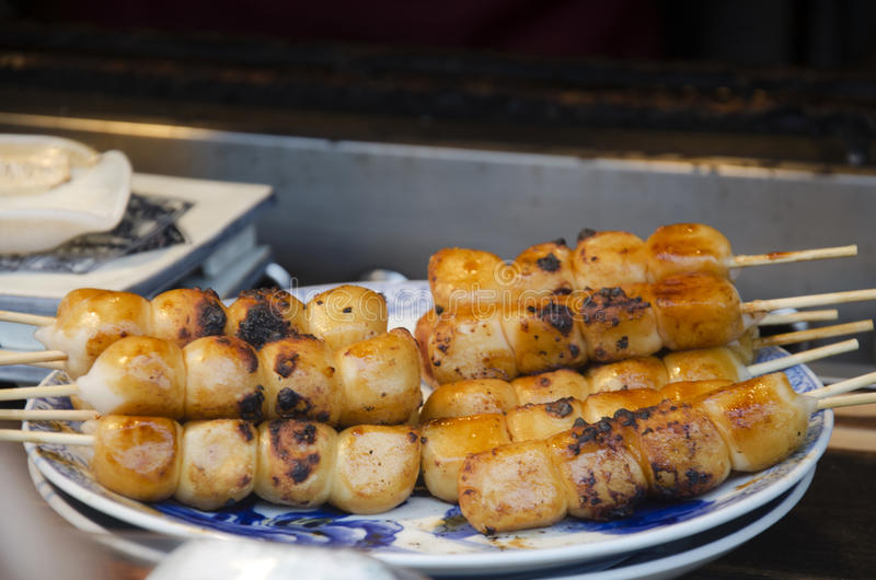 Het koken Mitarashi Dango Japanse snackstijl bij Kawagoe-stad stock foto